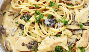 Tagliatelles au poulet sauce crème parmesan et champignons