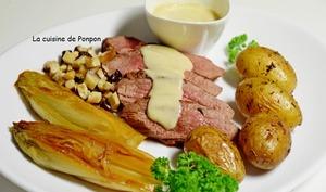Magret de canard garni de sauce au foie gras, pommes de terre, chicons et champignons
