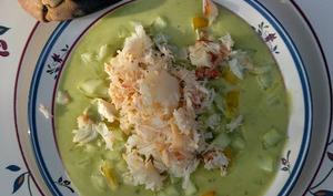 Velouté glacé de petits pois au crabe, chèvre frais et poivron