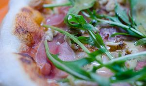 Pizza au jambon serrano, à la roquette et aux noix
