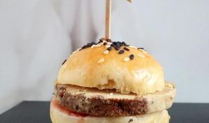 Hamburger de foie gras sur lit de confiture de pêche de vigne