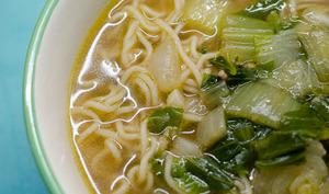 Soupe asiatique au pak choi et aux nouilles chinoises