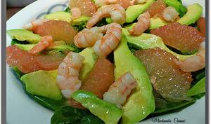 Salade pousses d'épinards, avocats et pamplemousses aux crevettes