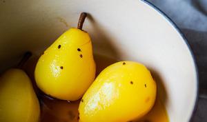 Poires pochées au safran et à la cardamone