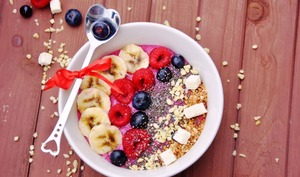 Smoothie bowl détox aux fruits rouges