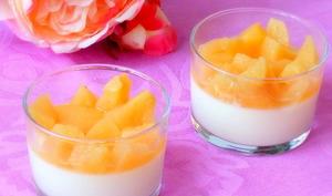 Panna cotta au yaourt, parfum de rose et coings pochés