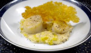 Noix de Saint-Jacques aux poireaux et tuile de parmesan