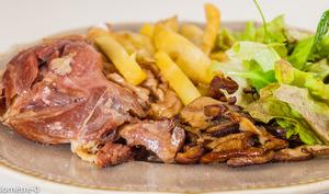 Confit de canard aux cèpes, pommes de terre frites au four