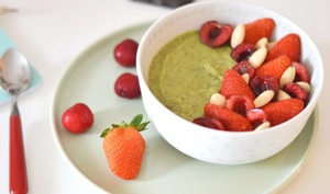 Smoothie bowl, kiwi, épinard, fruits rouges