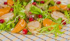 Salade de mesclun, saint jacques, clémentine et grenade