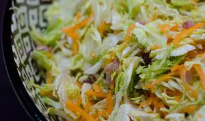 Salade de choux de Bruxelles, de carottes, de lardons et de noix