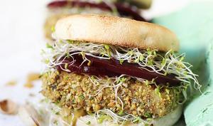 Burger au halloumi pané à la pistache