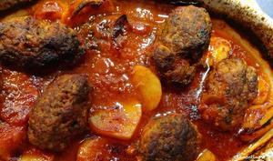 Galettes de viande et pommes de terre à la sauce tomate