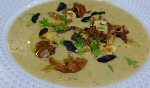 Velouté de pommes de terre, champignons, céleri, aneth et ail noir