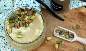 Riz au lait à la cardamome, pistaches et eau de rose de Yotam Ottolenghi