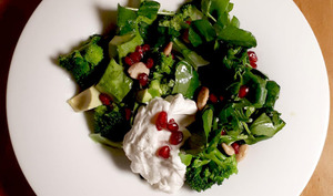 Salade tiède de brocolis avocat et cresson, sauce yaourt grec tahiné et citron