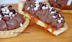 Tartelette de crème au chocolat posée sur un lit de crème au caramel