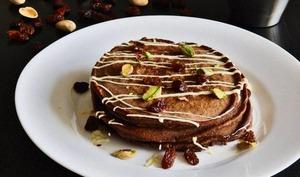 Pancakes au cacao et sauce au chocolat blanc