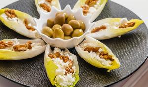 Barquette d'endives à la féta et aux noix, olives