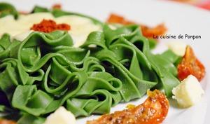 Tagliatelles à la spiruline et servies aux couleurs de l'Italie