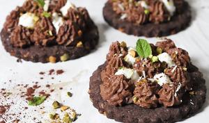 Sablé chocolat pistache et son duo de mousse au chocolat noir et chocolat blanc