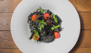 Seiches à l'encre, spaghetti et tomates cerises