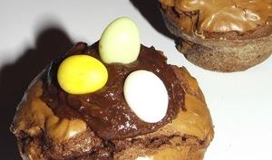 Mini-brownies au chocolat cœur praliné de Pâques