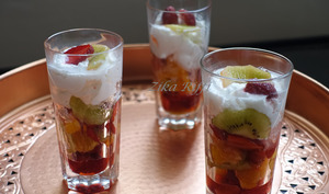 Verrines de fruits / fraises oranges kiwis et chantilly