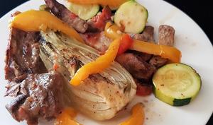 Côtes échine aux légumes rôtis : fenouil, courgette, poivron