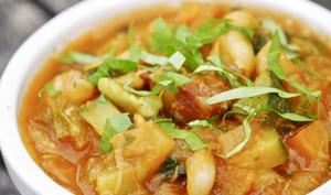 Curry de légumes, haricots et coulis de tomates