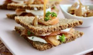 Club sandwich saumon et confit d'échalotes au vin rouge