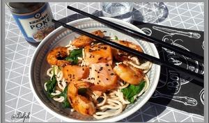 Nouilles asiatiques aux crevettes et saumon à la sauce Poke