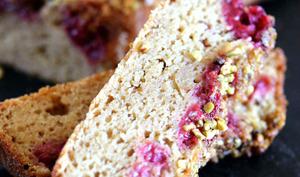 Cake aux framboises et éclats de pistaches