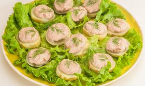 Canapés de pommes de terre nouvelles à la mousse de thon