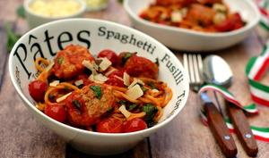 Spaghetti aux boulettes de poulet, sauce tomate cerises et épinards
