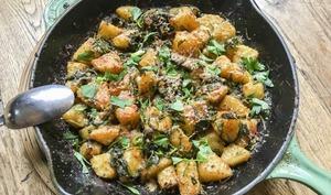 Poêlée dorée de pommes de terre nouvelles et fanes de radis