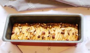 Cake aux flocons d'avoine, pommes et éclats de noisettes