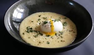 Crème d'asperges et œuf mollet