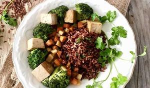 Riz rouge de Camargue au tofu et aux légumes sautés