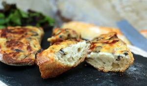 Tartines gratinées aux lardons, champignons et mozzarella