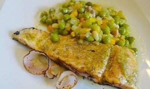 Petits pois aux légumes de printemps et saumon à la plancha