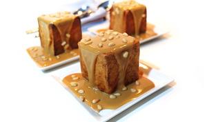 Les profiteroles cube à la vanille, sauce dulce de leche et pignons de pins