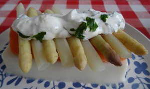 Panna cotta d'asperges à la truite fumée, pointes d'asperges et sauce au yaourt grec