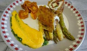 Involtini de dinde au Bresaola, Pecorino et pistou, asperges rôties et purée de patate douce
