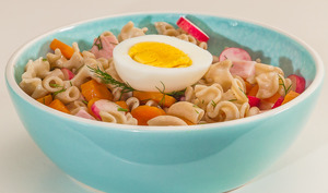 Salade de pâtes au jambon, œufs, carottes et radis