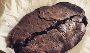 Gâteau au chocolat noir, très noir