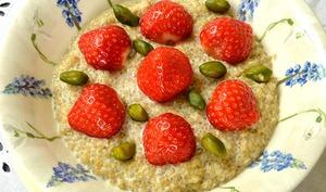 Quinoa sans lait, fraises et pistaches