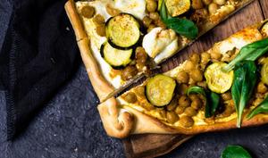 Pizza pois chiches épicés, courgettes et mozzarella - CAILLEBOT - Le début de la faim