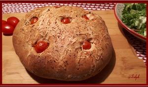 Focaccia aux tomates cerises et olives noires