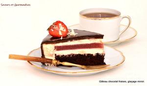 Gâteau chocolat fraises glaçage miroir